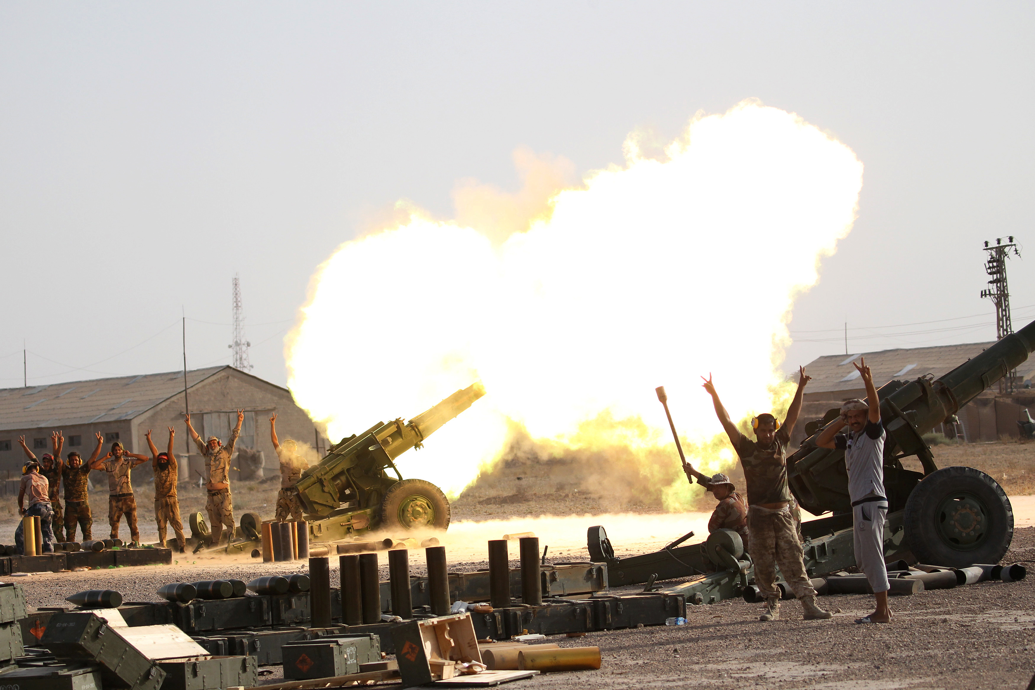 Iraqi security forces firing at Islamic State