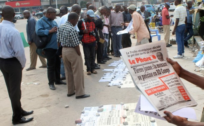 Residents read newspapers with reports on Yellow Fever