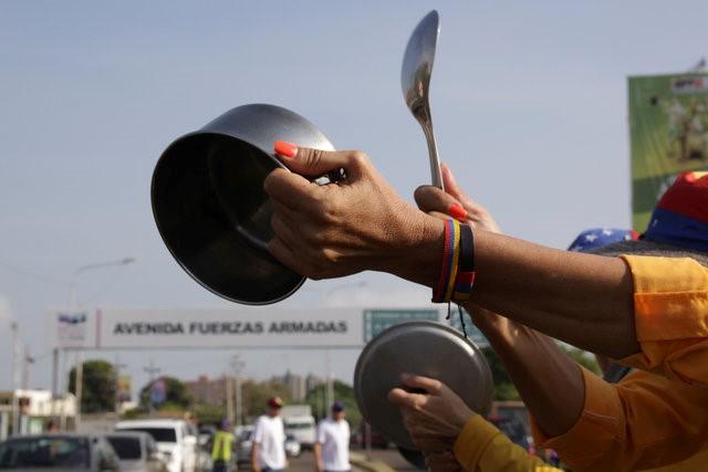 people banging pots in Venezuela