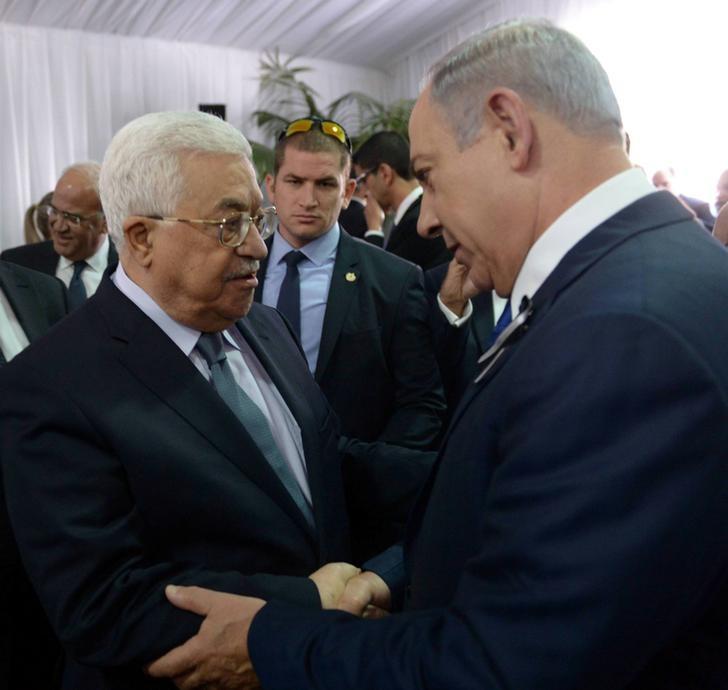 Benjamin Netanyahu shakes hands with Palestine President