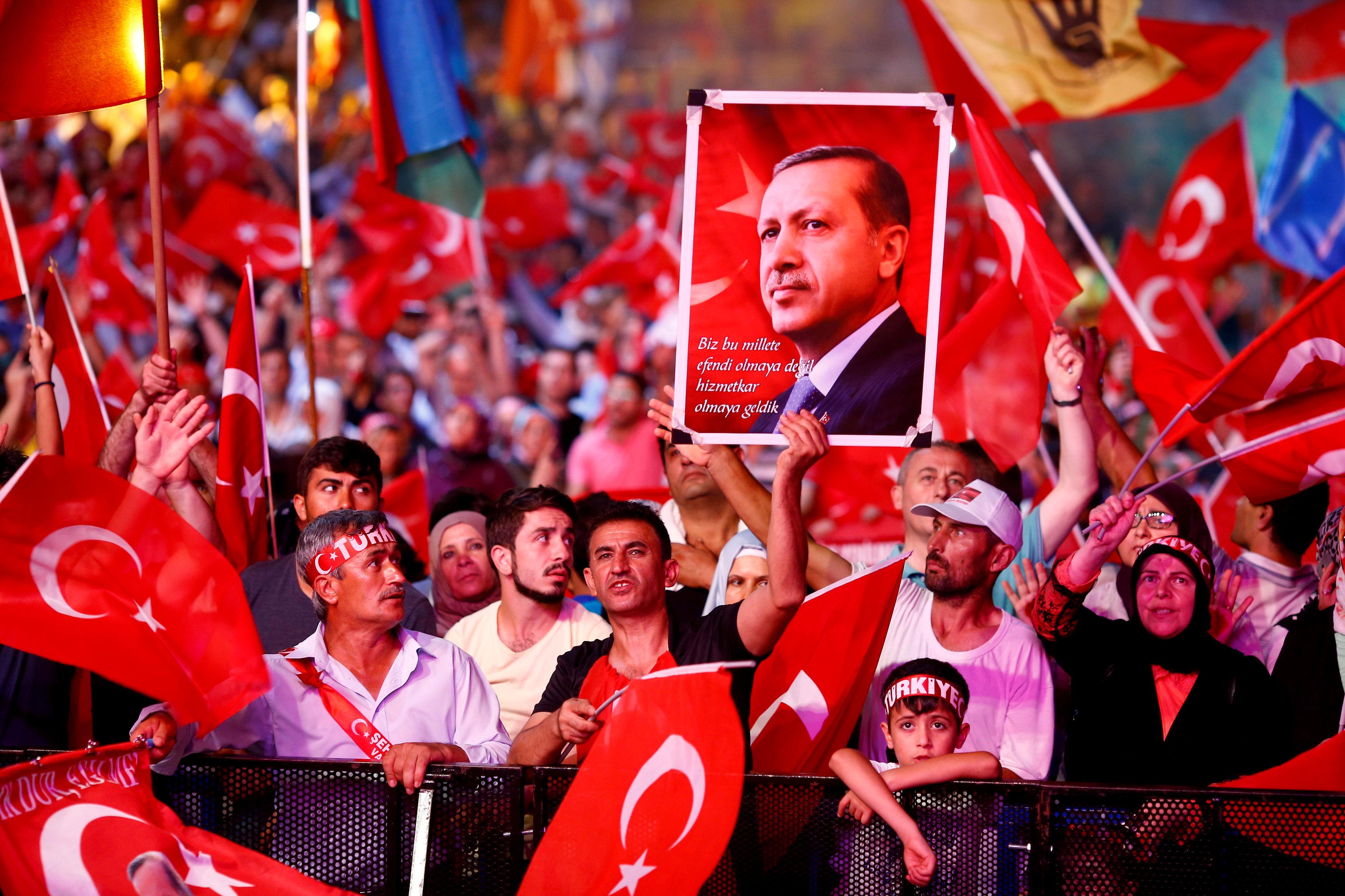 supporters of turkish president erdogan