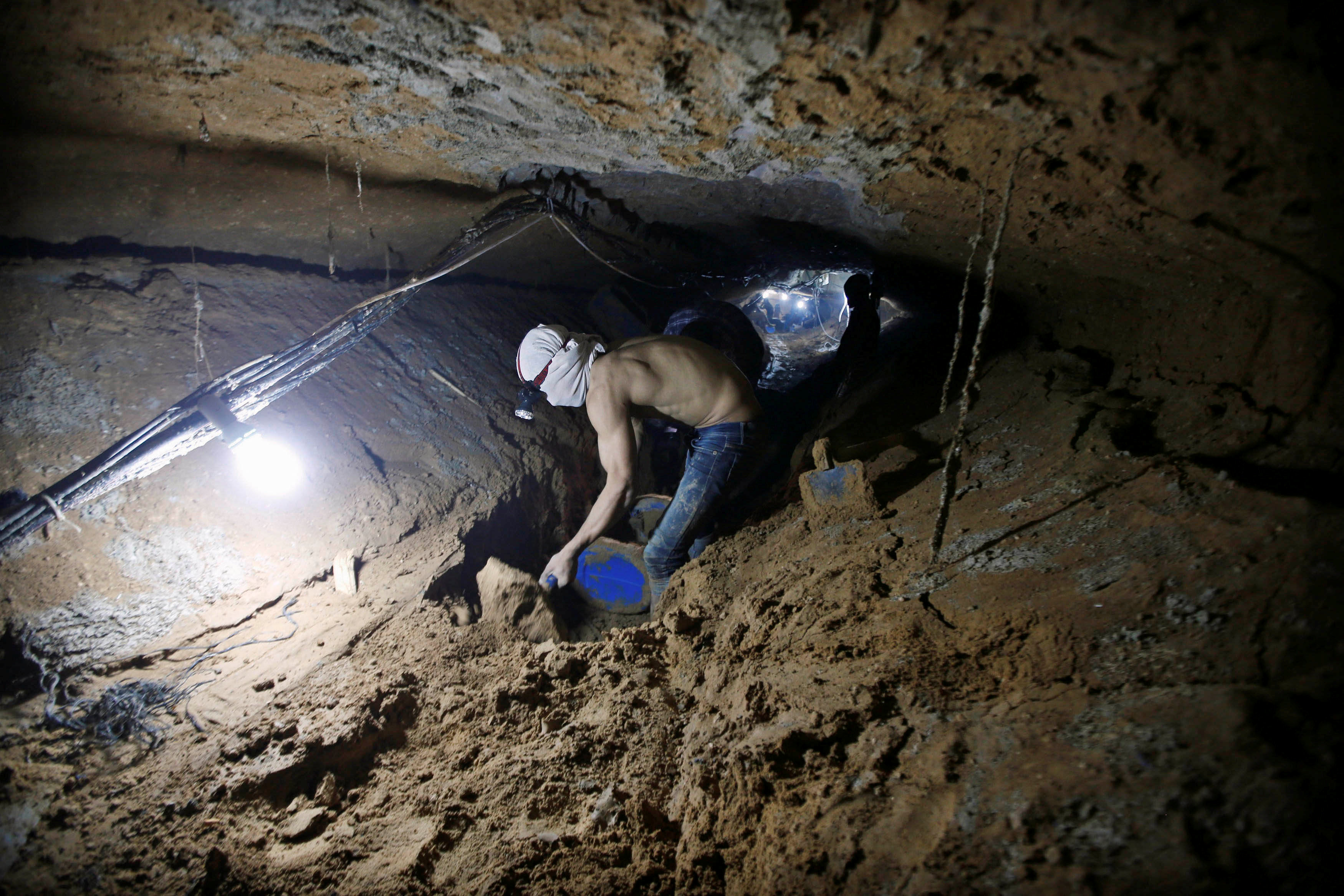 A Palestinian worker repairs a smuggling tunnel after it was flooded by Egyptian security forces, beneath the border between Egypt and southern Gaza Strip November 2, 2015. REUTERS/Mohammed Salem/File Photo