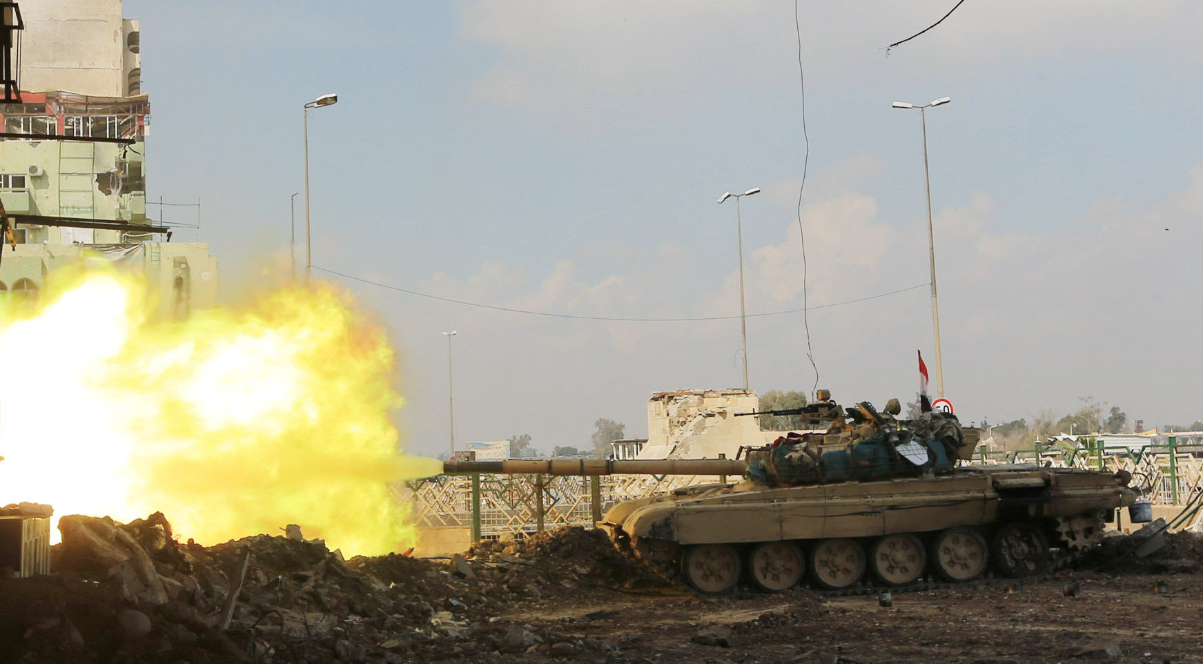 A tank of Iraqi rapid response forces fire against Islamic State militants at the Bab al-Tob area in Mosul, Iraq, March 14, 2017. REUTERS/Ari Jalal