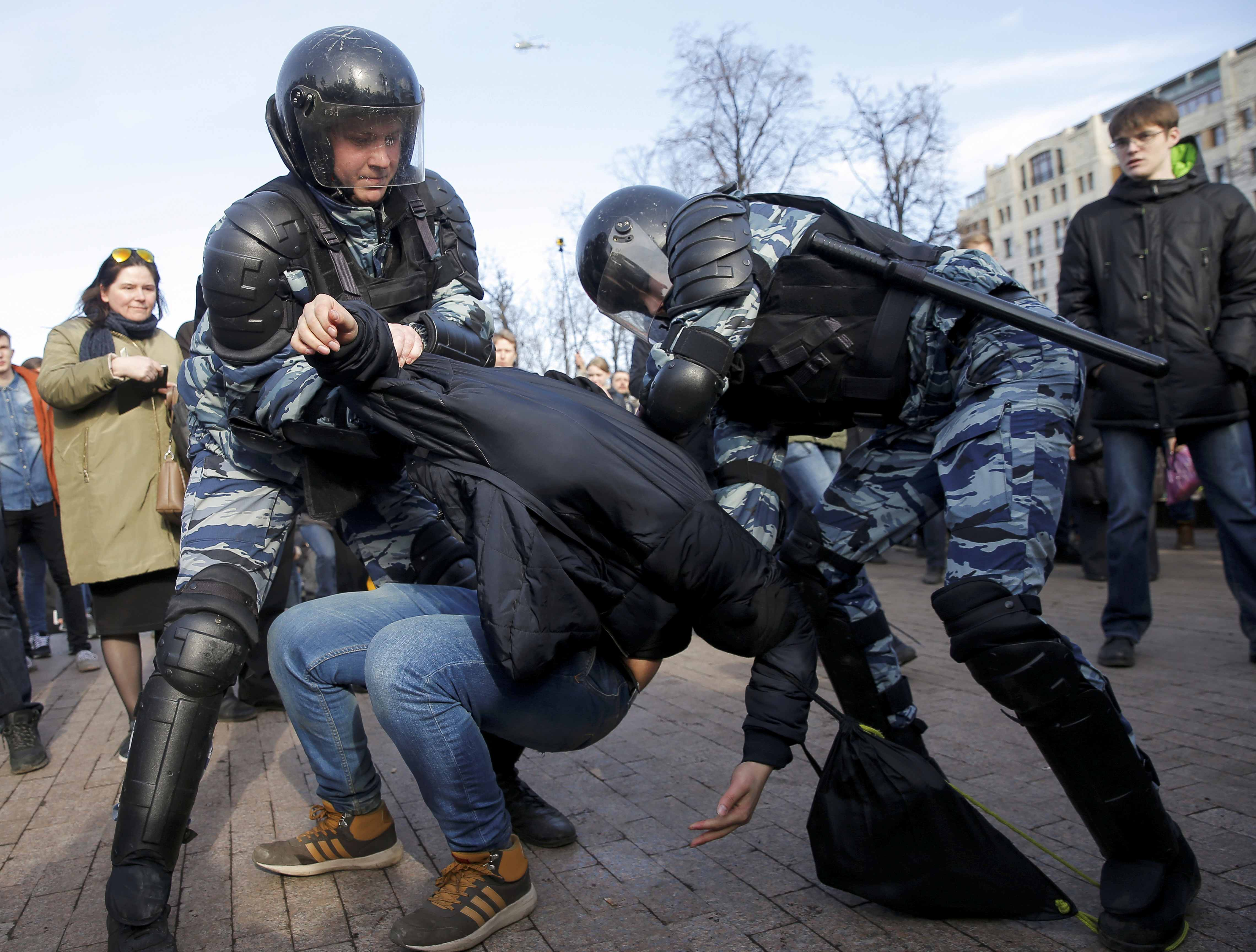 FILE PHOTO: Riot police officers detain an opposition supporter during a rally in Moscow, Russia March 26, 2017. REUTERS/Maxim Shemetov/File Photo
