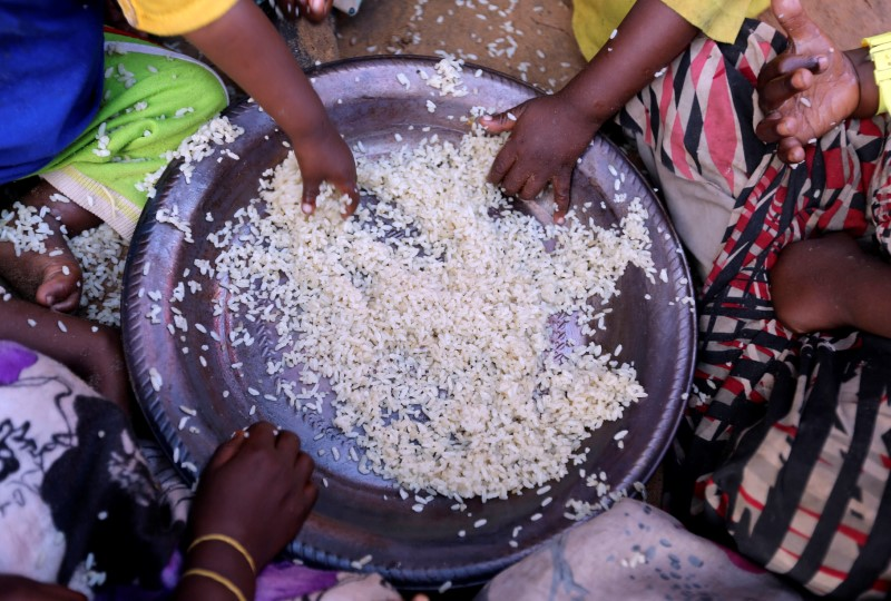 Internally displaced Somali children eat boiled rice outside their family's makeshift shelter at the Al-cadaala camp in Somalia's capital Mogadishu March 6, 2017. REUTERS/Feisal Omar