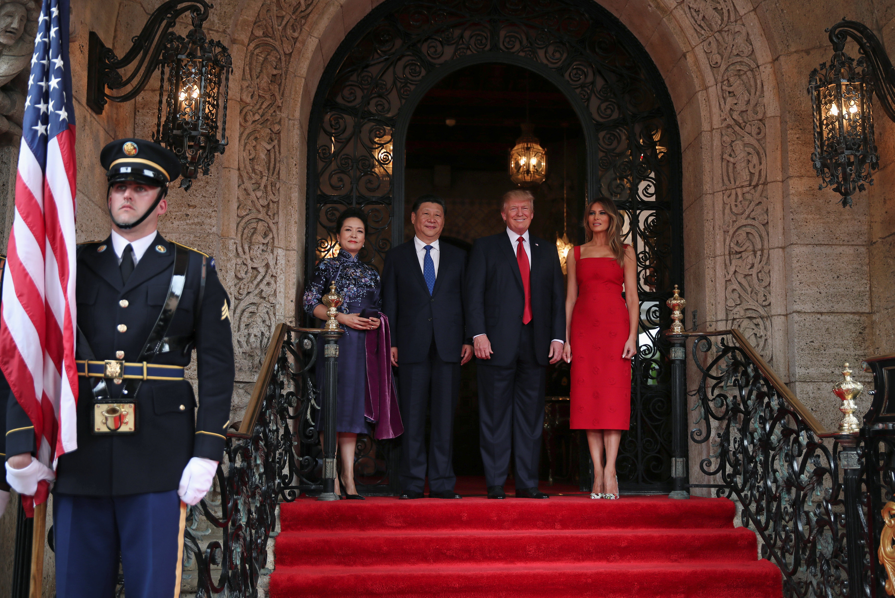 U.S. President Donald Trump and First Lady Melania Trump welcome Chinese President Xi Jinping and first lady Peng Liyuan at Mar-a-Lago estate in Palm Beach, Florida, U.S., April 6, 2017. REUTERS/Carlos Barria
