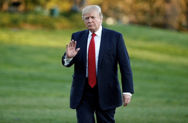 U.S. President Donald Trump waves as he walks from Marine One upon his return to the White House in Washington, U.S., April 9, 2017. REUTERS/Joshua Roberts - RTX34UUD