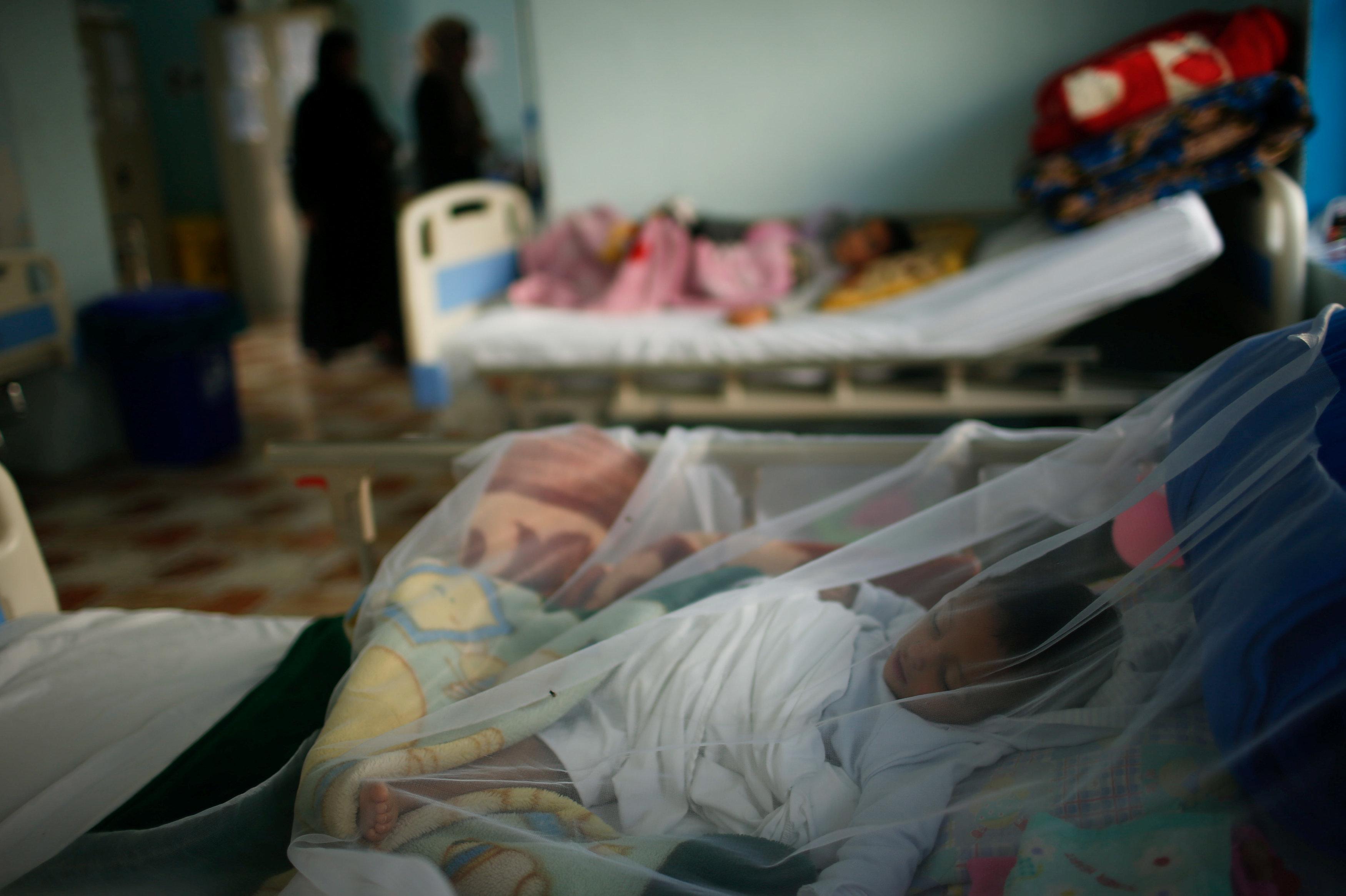 Patients Iraqi children lie at a hospital run by Medecins Sans Frontieres in Qayyara, Iraq April 6, 2017. Picture taken April 6, 2016. REUTERS/Suhaib Salem