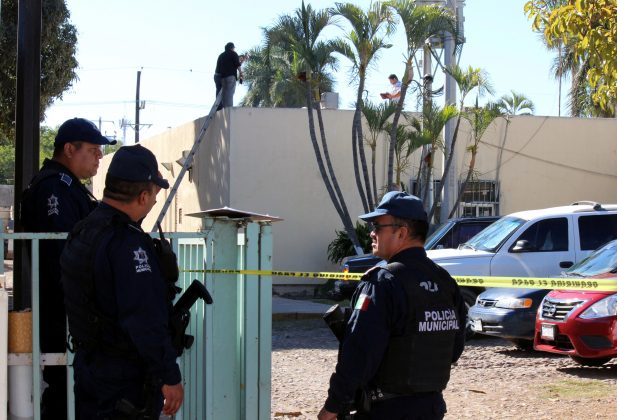 Police officers stand guard near a crime scene where the body of a man, who witnesses said was tossed from a plane, landed on a hospital roof in Culiacan, in Mexico's northern Sinaloa state April 12, 2017. REUTERS/Jesus Bustamante