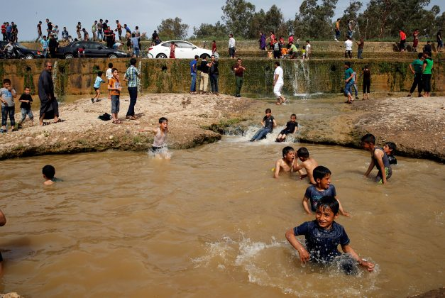 """Iraqi families and youths enjoy their Friday holiday at Shallalat district (Arabic for """"waterfalls"""") in eastern Mosul, Iraq, April 21, 2017. REUTERS/ Muhammad Hamed"""