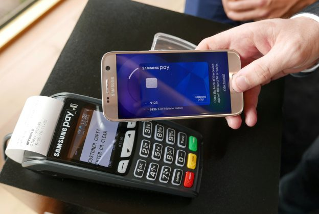 FILE PHOTO: Samsung's new Samsung Pay mobile wallet system is demonstrated at its Australian launch in Sydney, June 15, 2016. REUTERS/Matt Siegel/File Photo