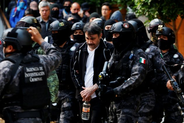 "Accused drug kingpin Damaso Lopez (C), nicknamed ""The Graduate"", is escorted by police officers in Mexico City, Mexico May 2, 2017. REUTERS/Carlos Jasso"
