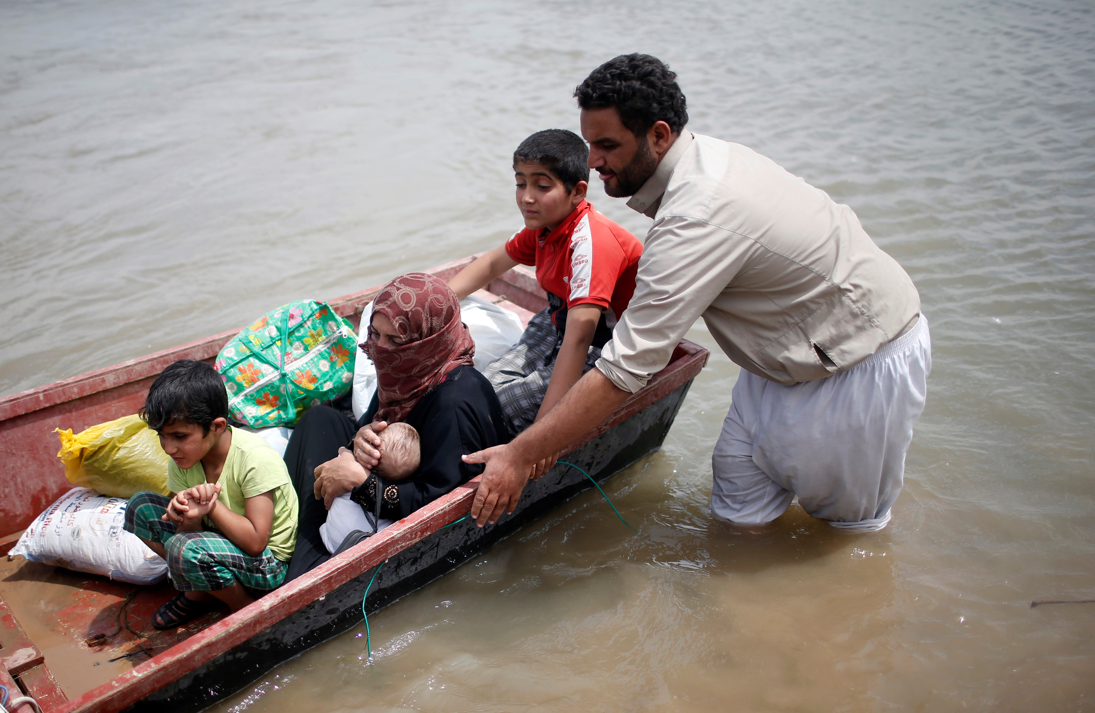 Displaced Iraqis cross the Tigris River by boat after the bridge has been temporarily closed, in western Mosul, Iraq May 6, 2017. REUTERS/Suhaib Salem