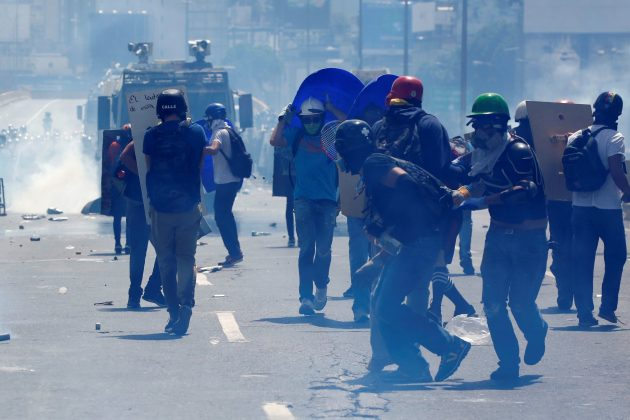 Opposition supporters clash with riot security forces while rallying against President Nicolas Maduro in Caracas, Venezuela, May 18, 2017. REUTERS/Carlos Garcia Rawlins
