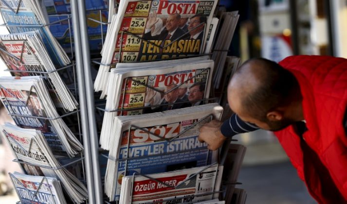 A man looks at newspapers at a kiosk in Diyarbakir, Turkey November 2, 2015. REUTERS/Stoyan Nenov