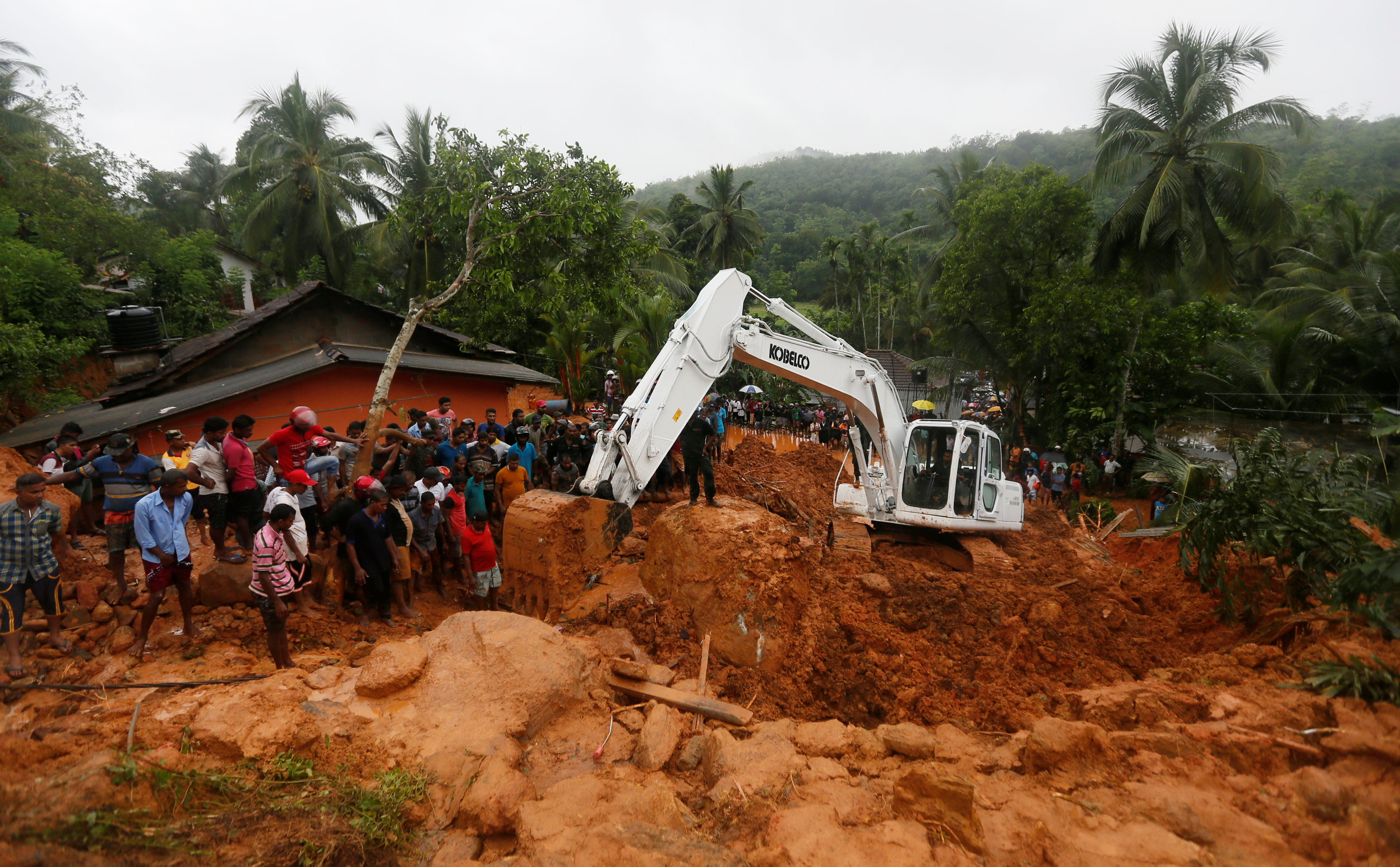 Military officials work during a rescue mission at the site of a landslide in Bellana village in Kalutara, Sri Lanka May 26, 2017. REUTERS/Dinuka Liyanawatte