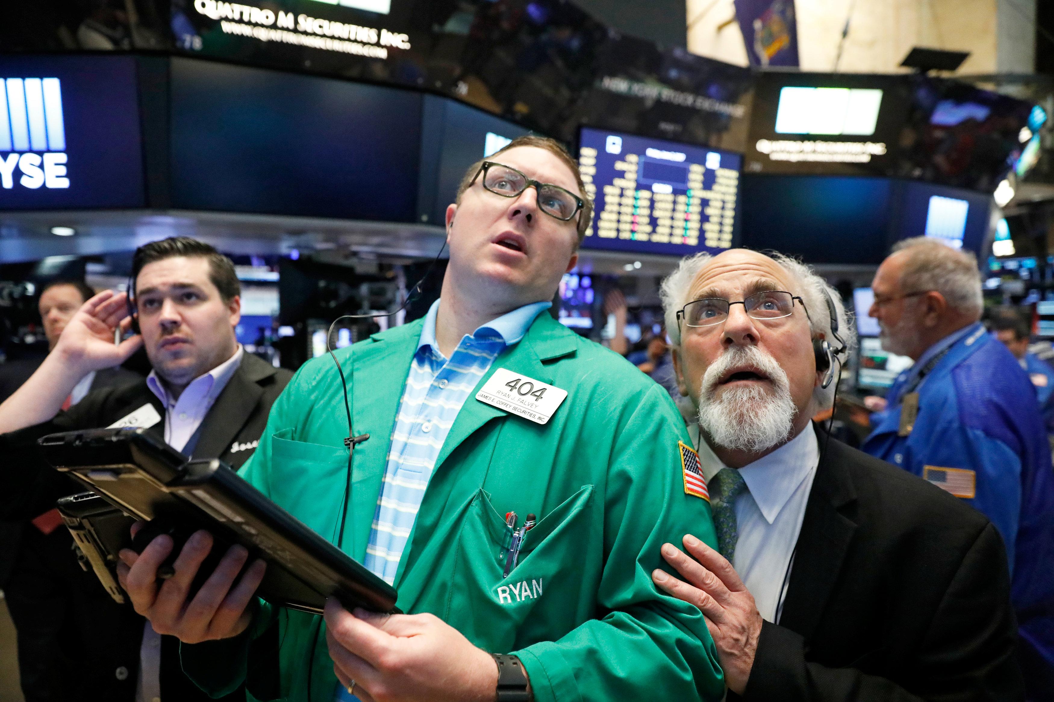 Traders work on the floor of the New York Stock Exchange (NYSE) in New York, U.S.,June 2, 2017.REUTERS/Brendan McDermid