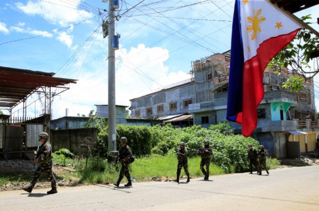 Government soldiers conduct a foot patrol after a security inspection, as they continue their assault against insurgents from the Maute group, who have taken over large parts of Marawi City, Philippines June 17, 2017. REUTERS/Romeo Ranoco