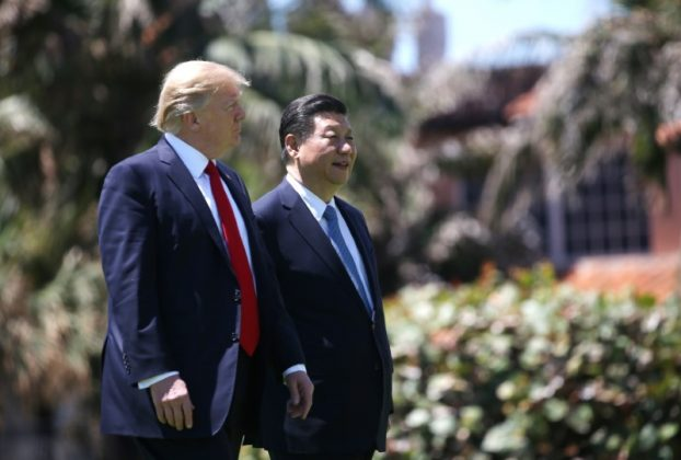U.S. President Donald Trump (L) and China's President Xi Jinping walk along the front patio of the Mar-a-Lago estate after a bilateral meeting in Palm Beach, Florida, U.S., April 7, 2017. REUTERS/Carlos Barria