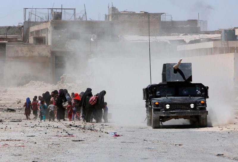 Displaced civilians from Mosul's Old City, the last district in the hands of Islamic State militants, flee during fighting between Iraqi forces and Islamic State militants in western Mosul, Iraq June 24, 2017. REUTERS/Marius Bosch