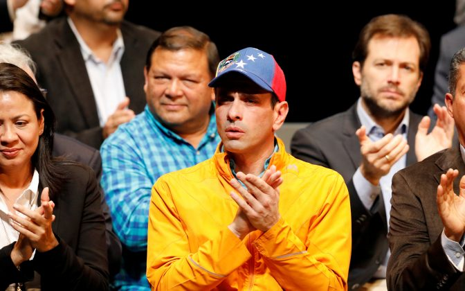Venezuelan opposition leader and Governor of Miranda state Henrique Capriles attends a meeting of the Venezuelan coalition of opposition parties (MUD) in Caracas, Venezuela July 3, 2017. REUTERS/Carlos Garcia Rawlins