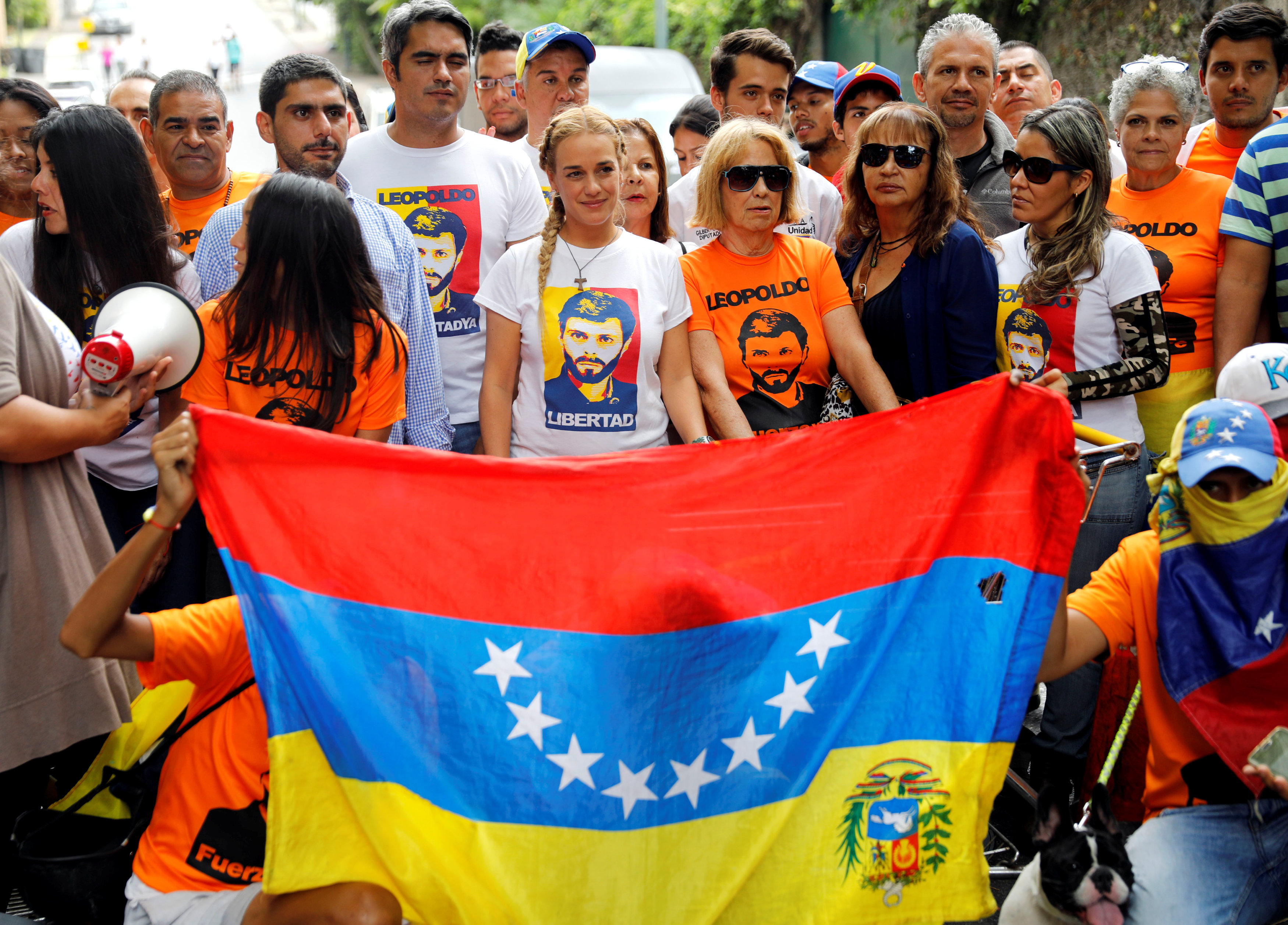Lilian Tintori, wife of Venezuela's opposition leader Leopoldo Lopez, who has been granted house arrest after more than three years in jail, poses with supporters outside their home in Caracas, Venezuela July 10, 2017. REUTERS/Andres Martinez Casares
