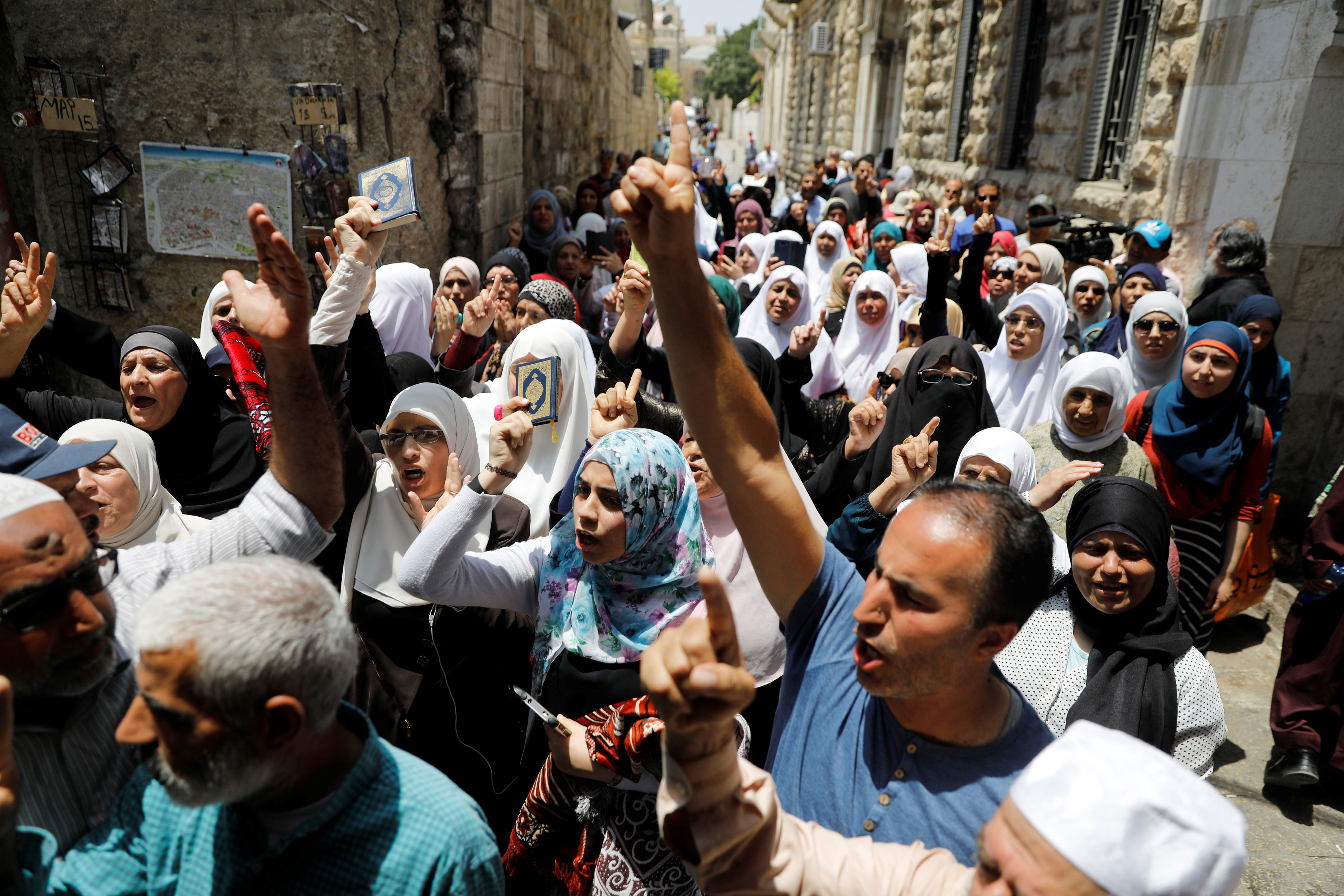 Palestinians shout slogans during a protest over Israel's new security measures at the compound housing al-Aqsa mosque, known to Muslims as Noble Sanctuary and to Jews as Temple Mount, in Jerusalem's Old City July 20, 2017. REUTERS/Ronen Zvulun
