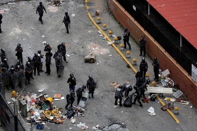 riot police versus anti-maduro protesters