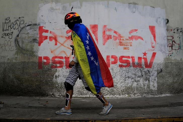 A demonstrator wears a Venezuelan flag during a strike called to protest against Venezuelan President Nicolas Maduro's government in Caracas, Venezuela July 26, 2017. REUTERS/Marco Bello