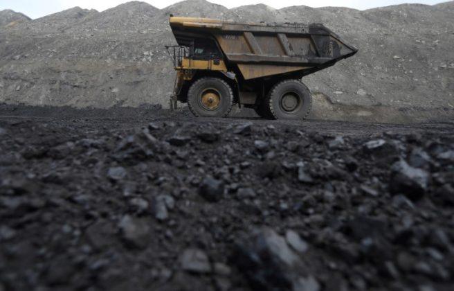 FILE PHOTO: Dump trucks haul coal and sediment at the Black Butte coal mine outside Rock Springs, Wyoming, United States, April 4, 2017. REUTERS/Jim Urquhart/File Photo