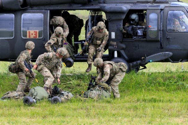 U.S. army soldiers leave Black Hawk helicopter during Suwalki gap defence exercise in Mikyciai, Lithuania, June 17, 2017. REUTERS/Ints Kalnins