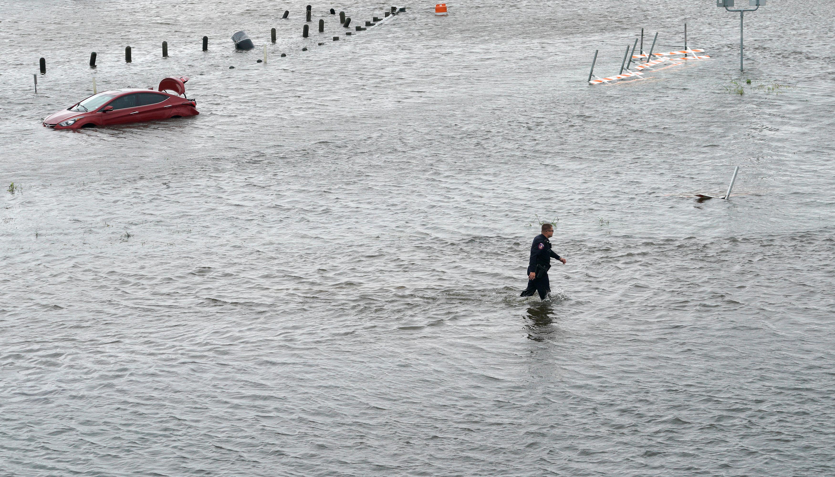 Harvey soaks Louisiana as Houston paralyzed by flooding