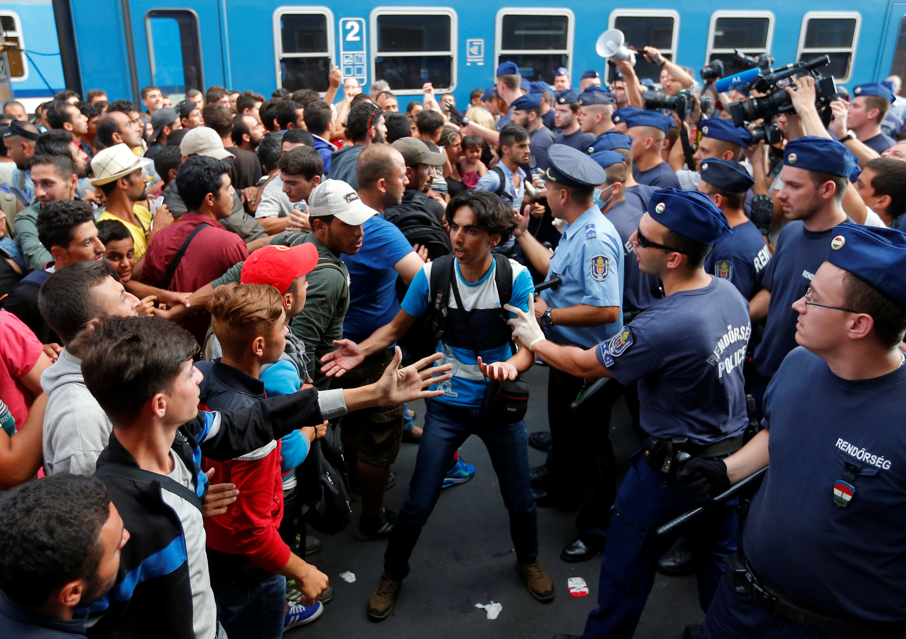 FILE PHOTO: Migrants face Hungarian police in the main Eastern Railway station in Budapest, Hungary, September 1, 2015. REUTE/Laszlo Balogh/File Photo