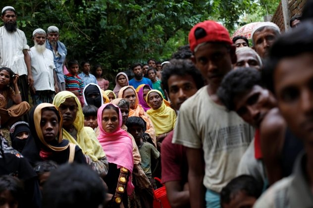 Rohingya refugees wait for food near Kutupalong refugee camp after crossing the Bangladesh-Myanmar border in Ukhia, Bangladesh, September 6, 2017. REUTERS/Danish Siddiqui
