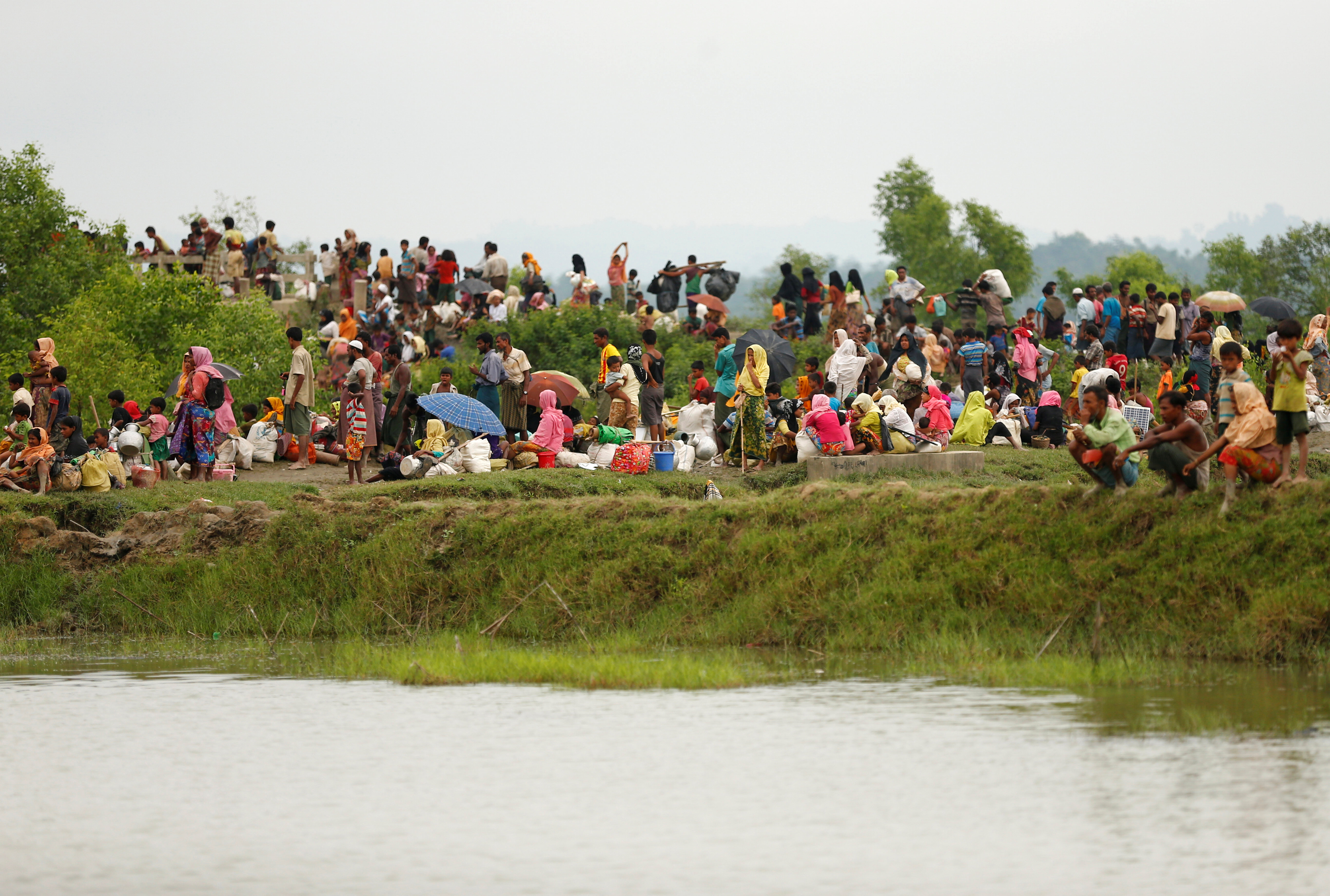 Rohigya refugees are seen waiting for boat to cross the border through the Naf river in Maungdaw, Myanmar, September 7, 2017. REUTERS/Mohammad Ponir Hossain