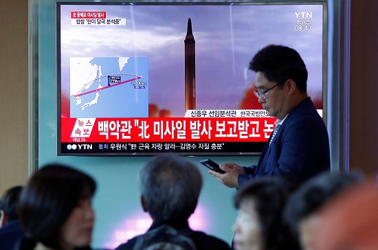 People watch a television broadcasting a news report on North Korea firing a missile that flew over Japan's northern Hokkaido far out into the Pacific Ocean, in Seoul, South Korea, September 15, 2017. REUTERS/Kim Hong-Ji