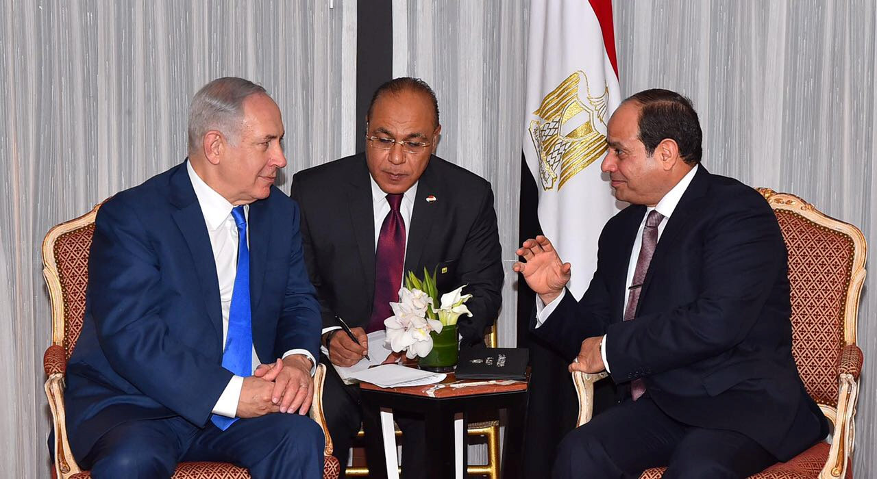 Egyptian President Abdel Fattah al-Sisi (R) speaks with Israeli Prime Minister Benjamin Netanyahu (L) during their meeting as part of an effort to revive the Middle East peace process ahead of the United Nations General Assembly in New York, U.S., September 19, 2017 in this handout picture courtesy of the Egyptian Presidency. The Egyptian Presidency/Handout via REUTERS