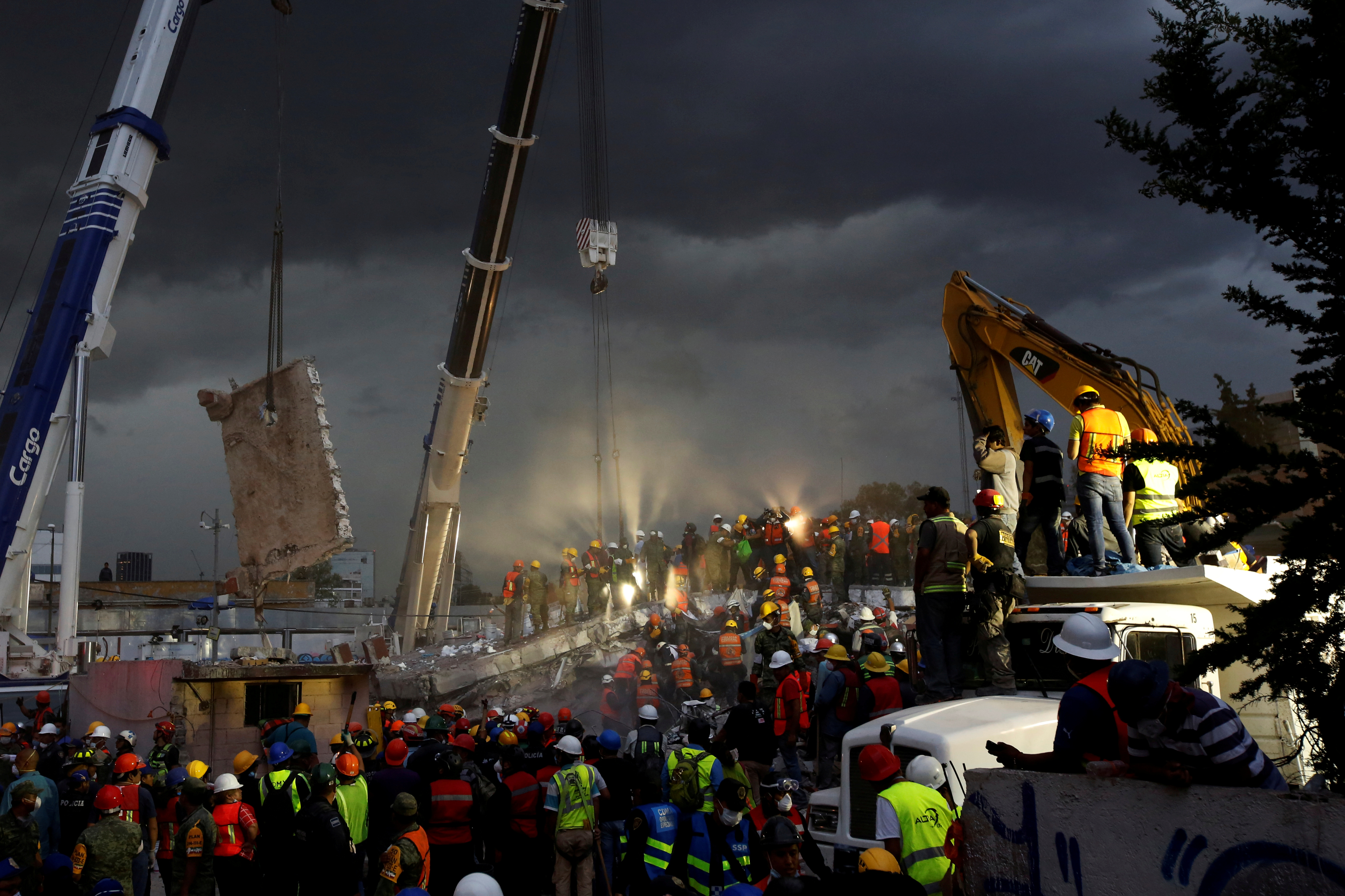 Rescue workers and Mexican soldiers take part in a rescue operation at a collapsed building after an earthquake at the Obrera neighborhood in Mexico City, Mexico September 20, 2017.