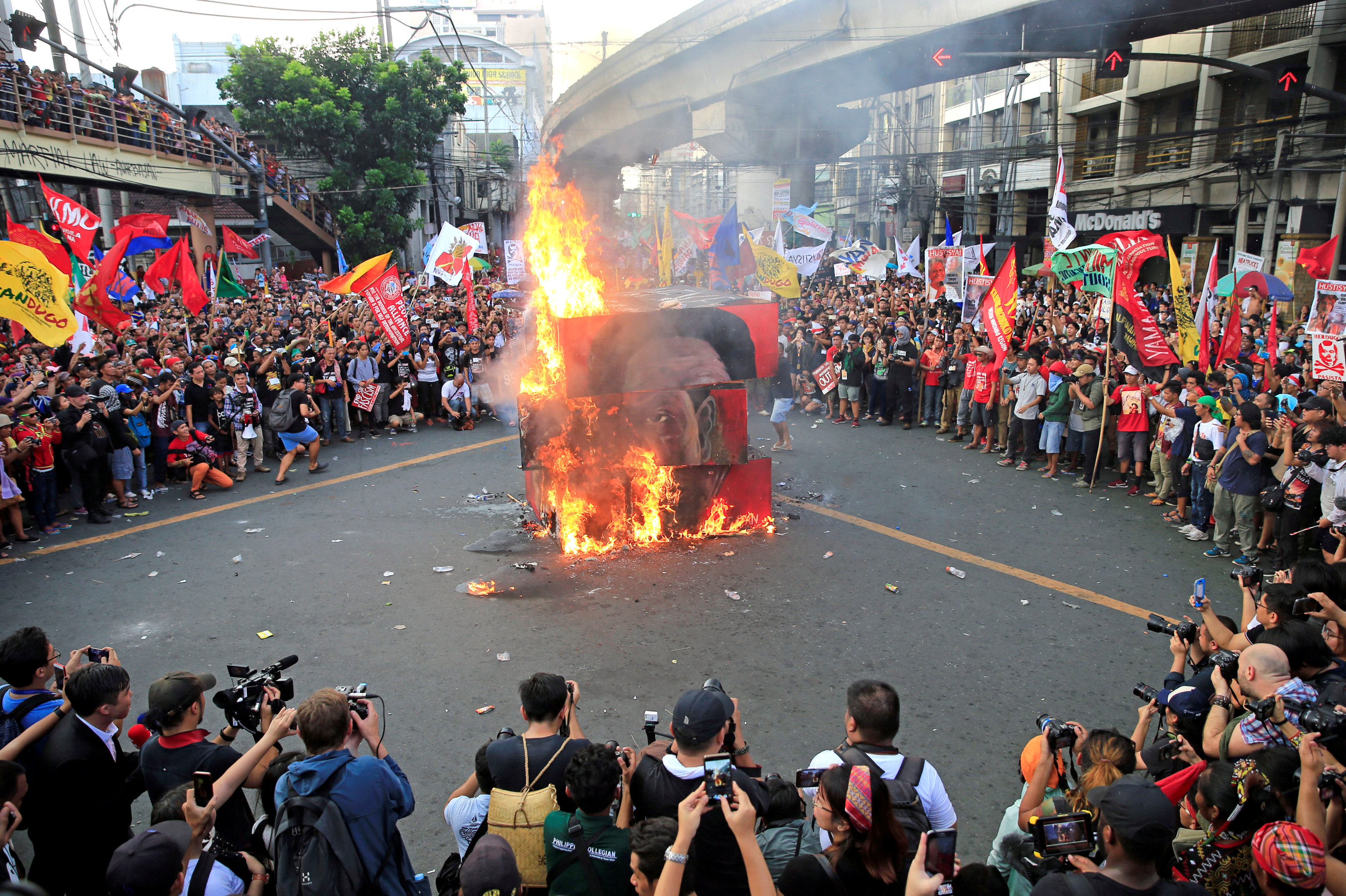 Protesters burn a cube effigy with a face of President Rodrigo Duterte during a National Day of Protest outside the presidential palace in metro Manila, Philippines September 21, 2017. REUTERS/Romeo Ranoco