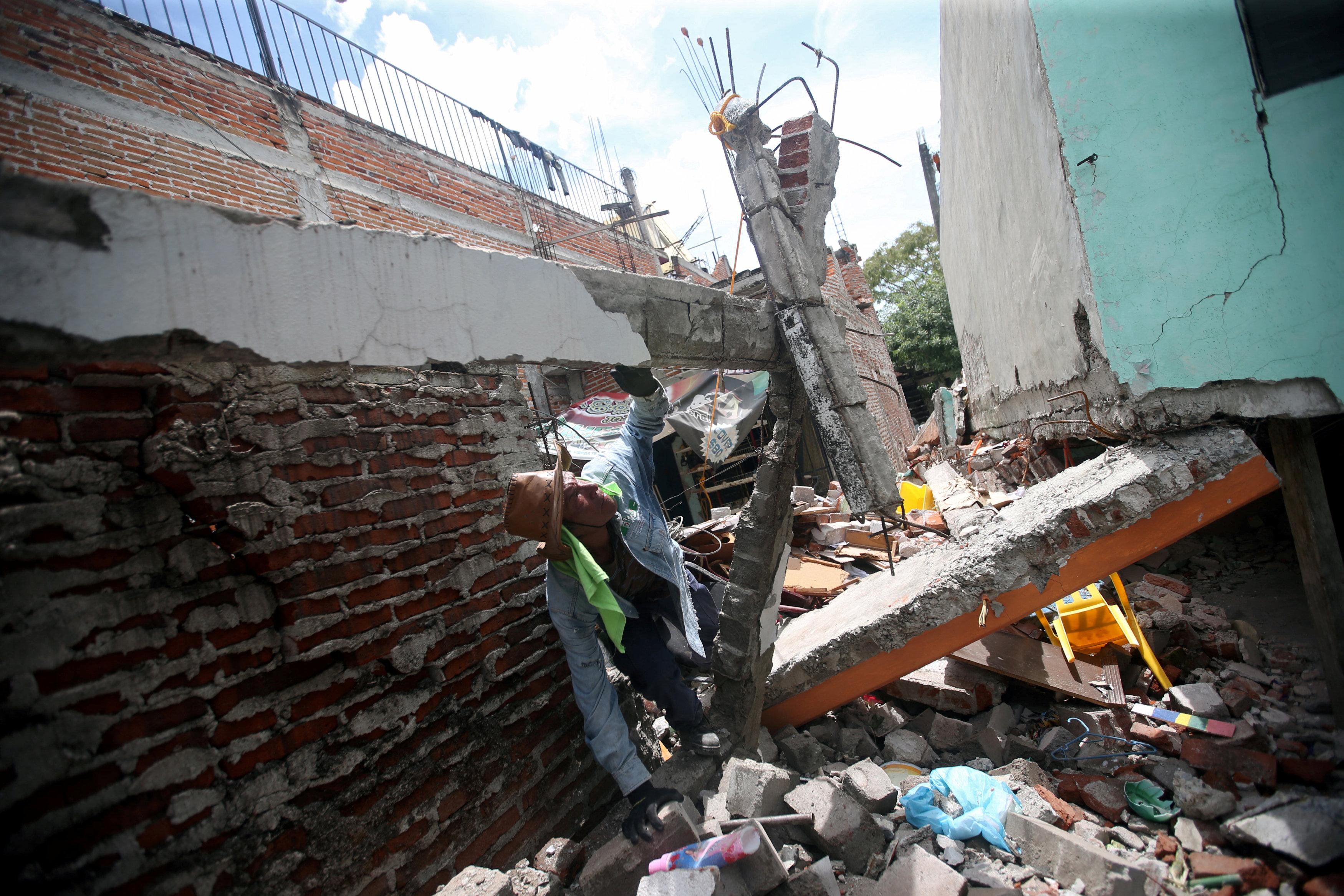 A man looks at the remains of his home after an earthquake in Jojutla de Juarez, Mexico September 21, 2017. REUTERS/Edgard Garrido