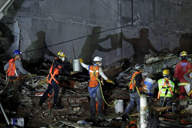Rescue teams remove rubble of a collapsed building after an earthquake in Mexico City, Mexico September 26, 2017. REUTERS/Daniel Becerril