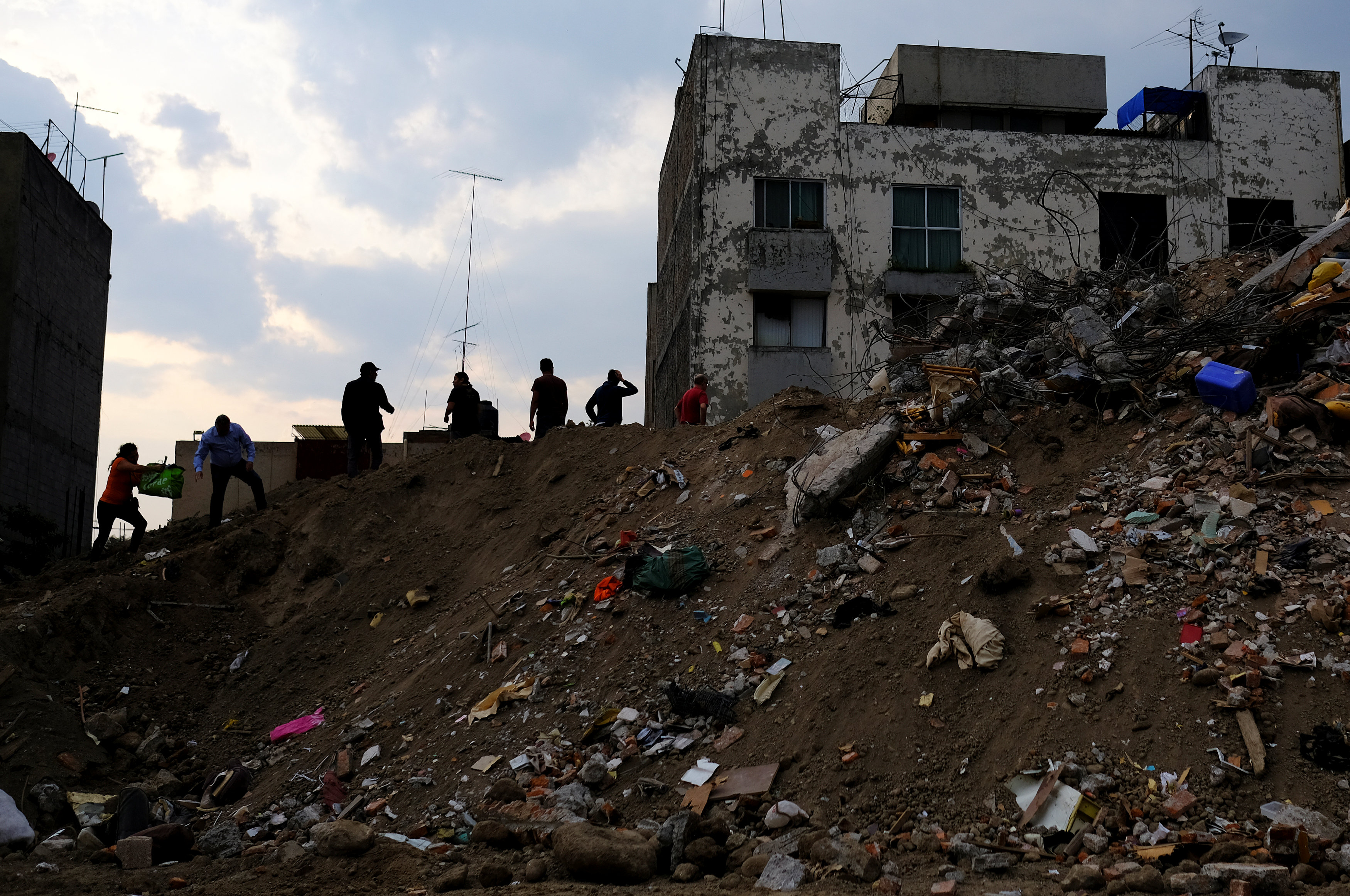 Residents carry their belongings from their homes in the rubble of a collapsed building at Iztapalapa neighbourhood, after an earthquake in Mexico City, Mexico September 26, 2017. REUTERS/Nacho Doce