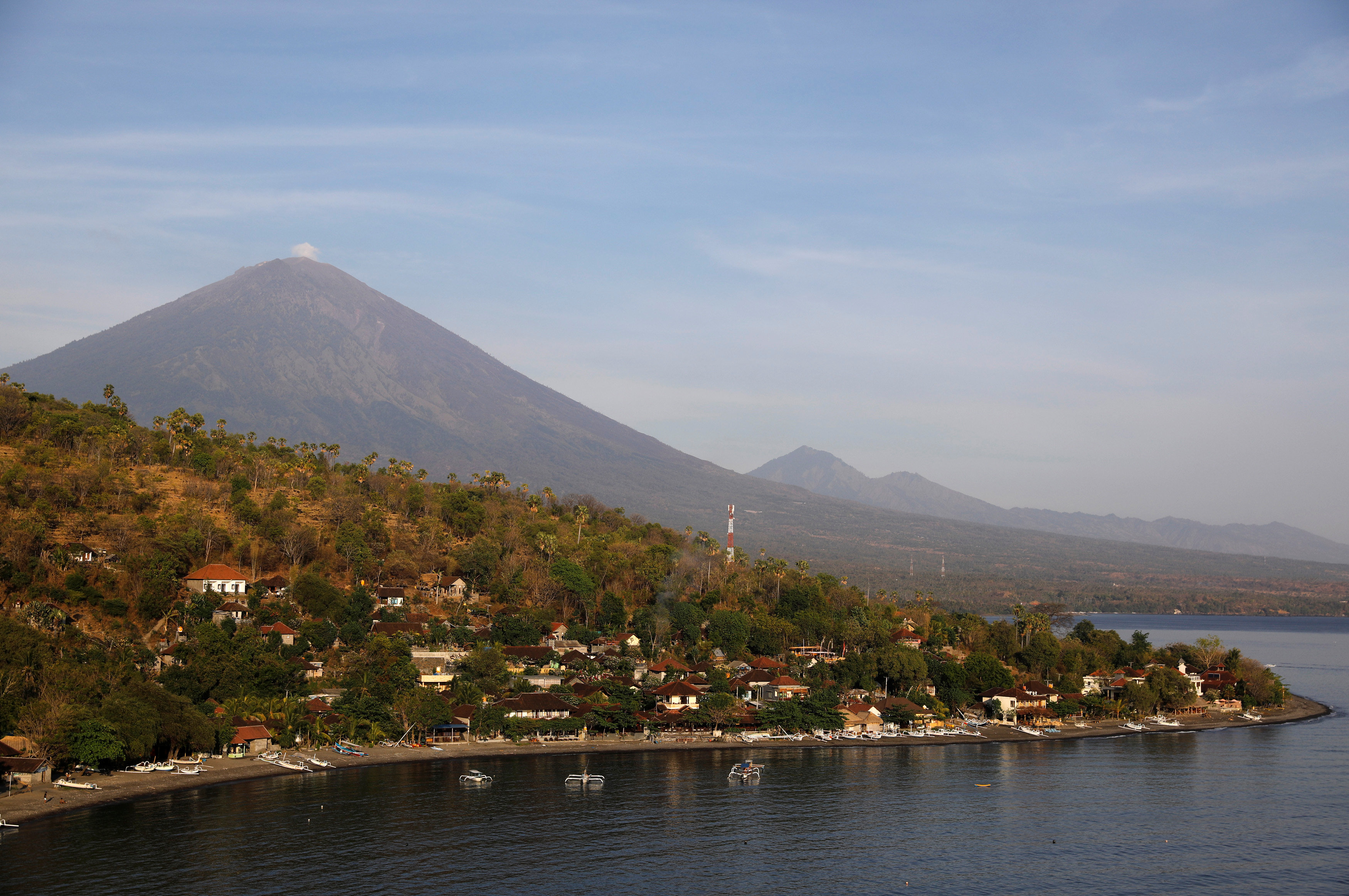 Jemeluk beach is seen some 15 km away from Mount Agung, a volcano on the highest alert level, in Amed on the resort island of Bali, Indonesia October 2, 2017. REUTERS/Darren Whiteside