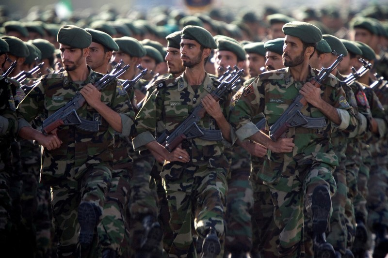 FILE PHOTO: Members of Iran's Revolutionary Guards march during a military parade to commemorate the 1980-88 Iran-Iraq war in Tehran September 22, 2007. REUTERS/Morteza Nikoubazl/File Photo