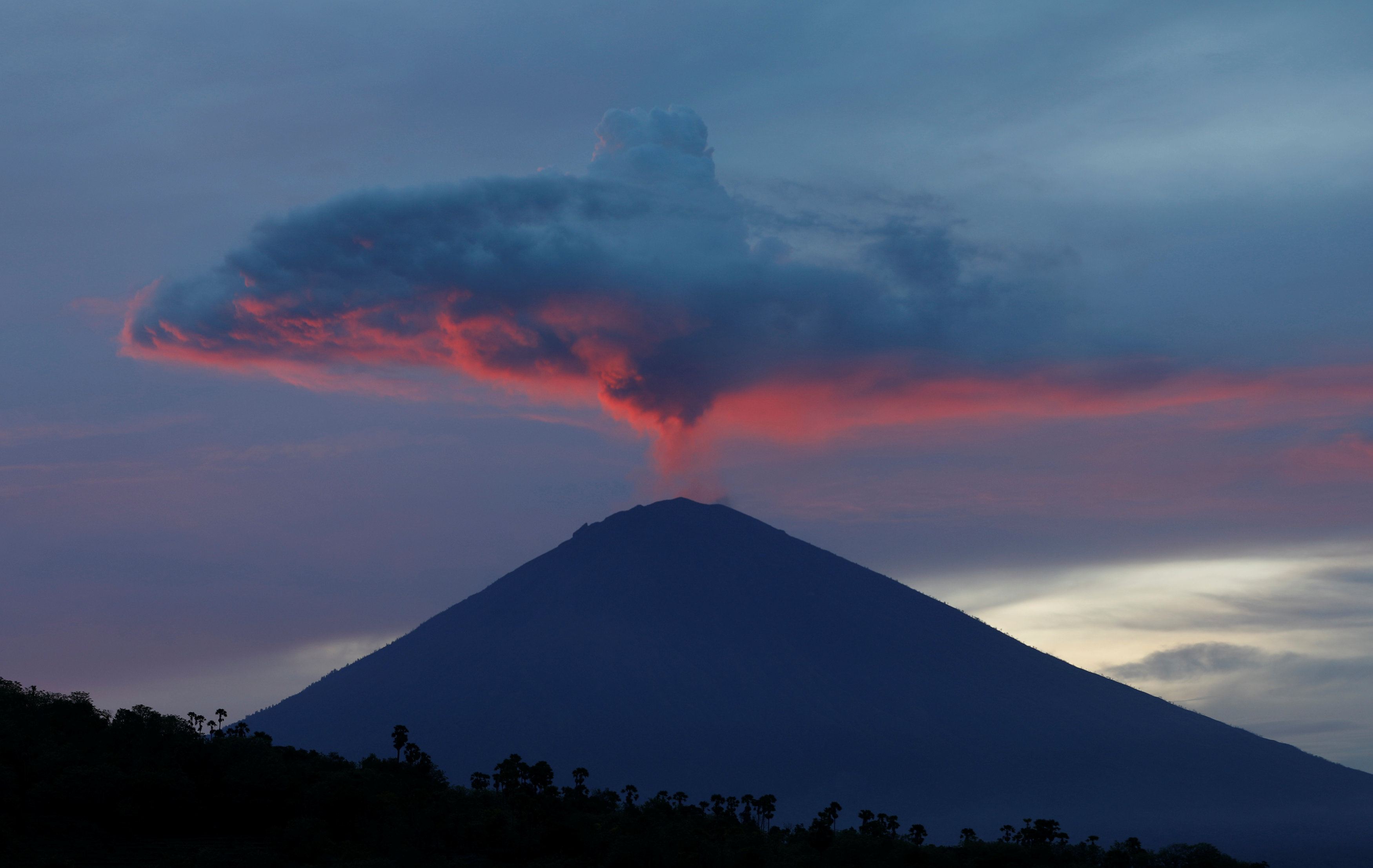 Tourists fly out of Bali at last as wind blows volcanic ash away