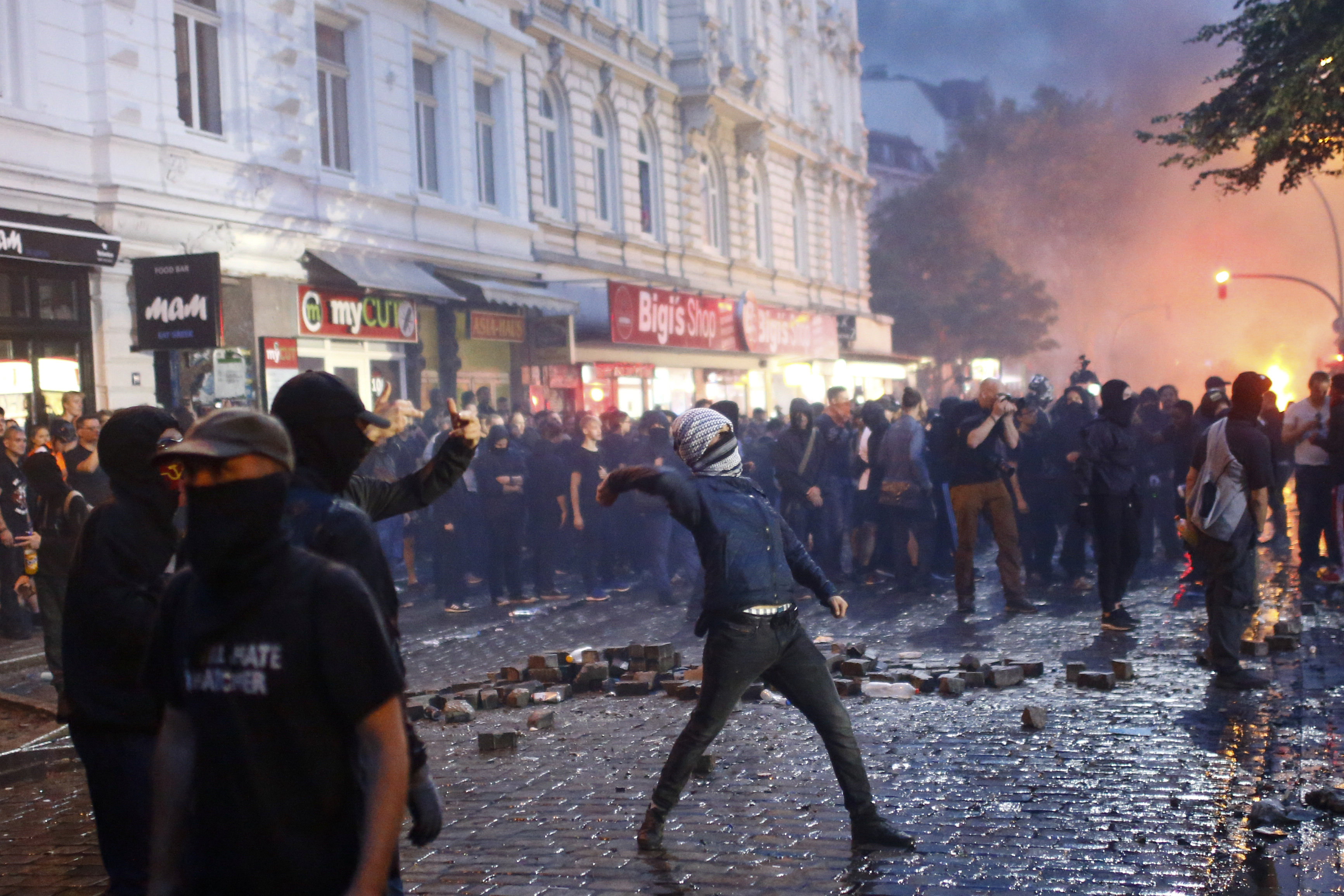 German police raid flats in hunt for G20 rioters