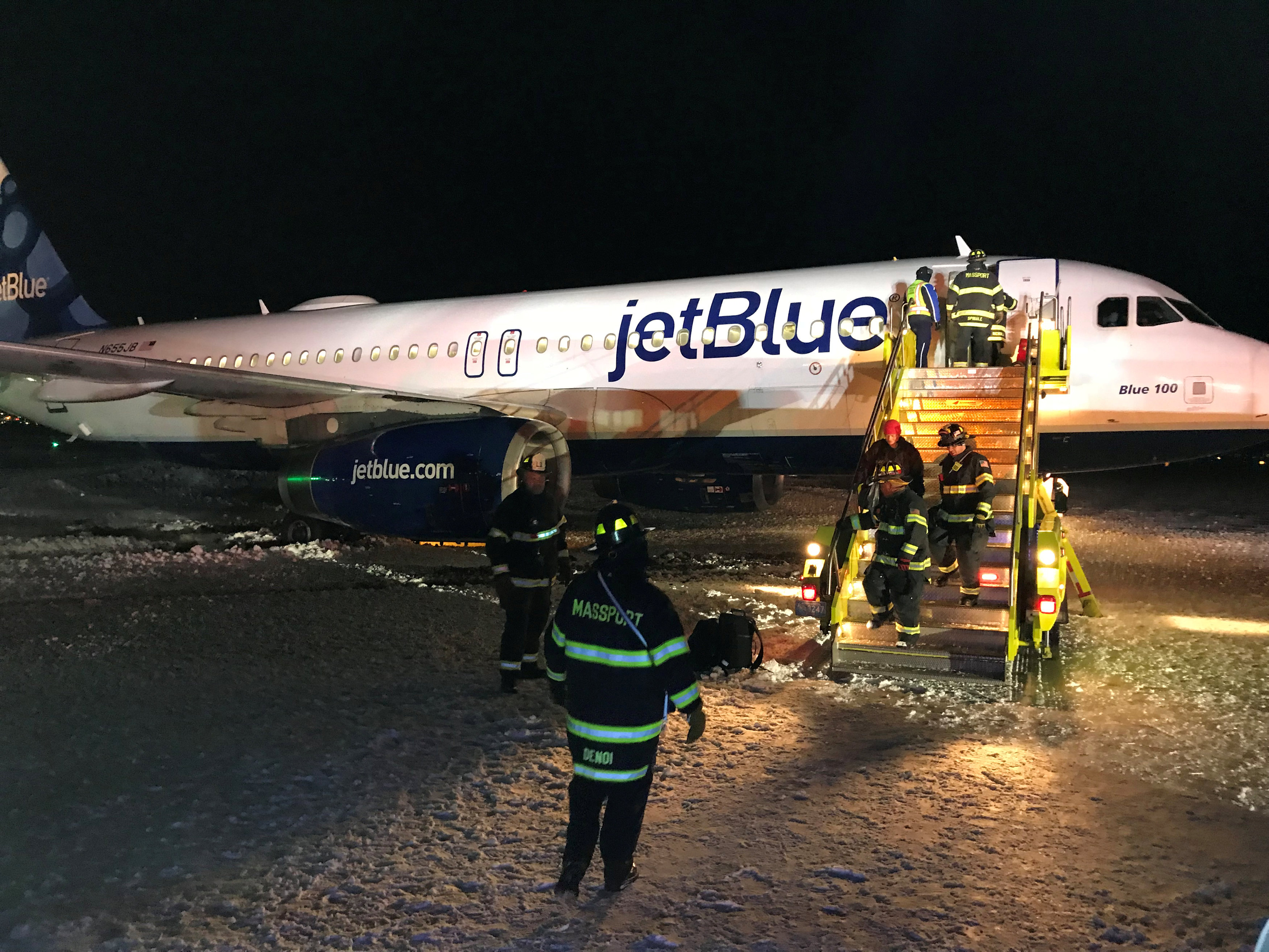jetblue plane skids off taxiway in boston no injuries. Black Bedroom Furniture Sets. Home Design Ideas