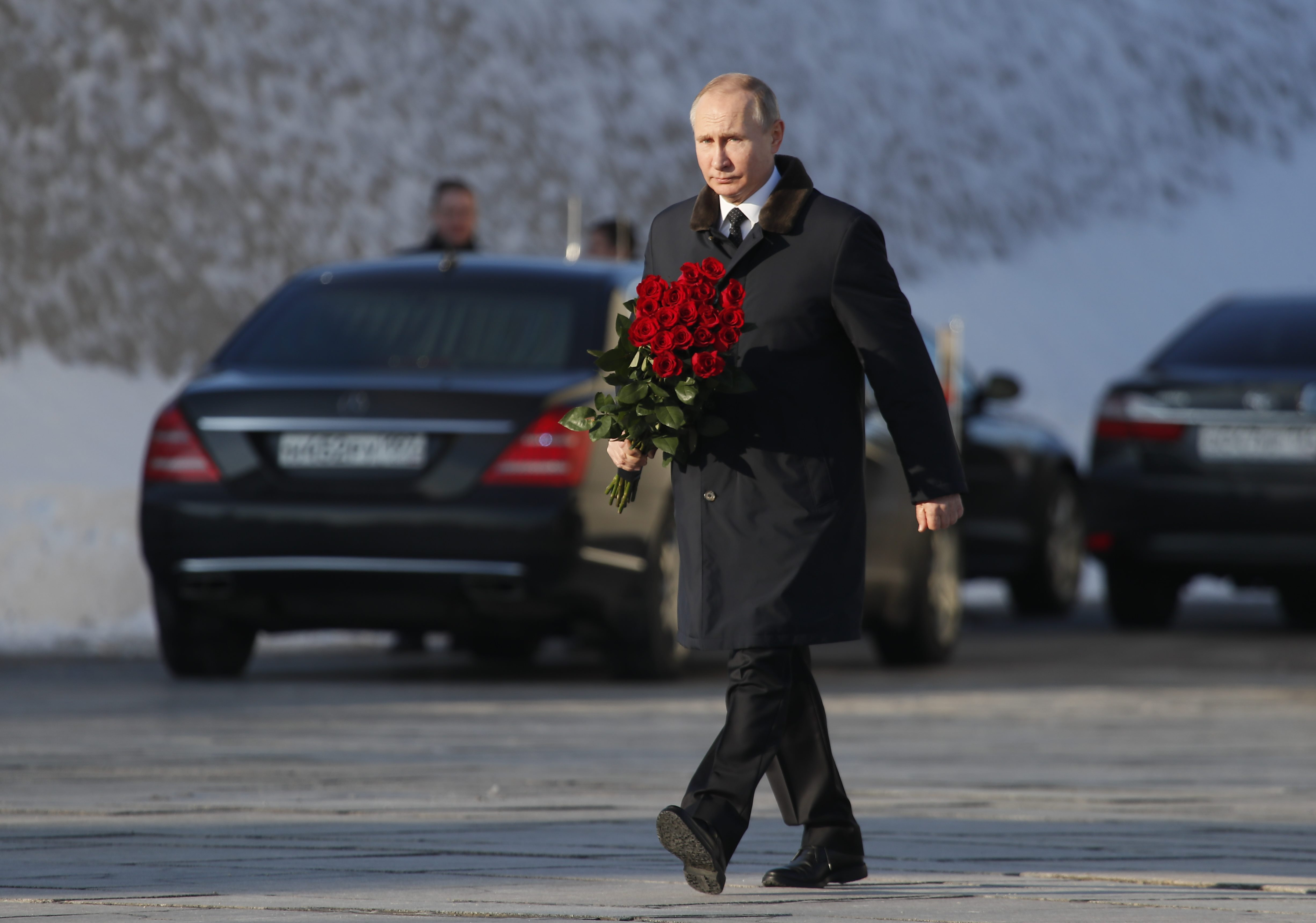 Russian President Vladimir Putin attends a wreath laying ceremony at the eternal flame during an event to commemorate the 75th anniversary of the battle of Stalingrad in World War Two, at the Mamayev Kurgan memorial complex in the city of Volgograd, Russia February 2, 2018. REUTERS/Maxim Shemetov