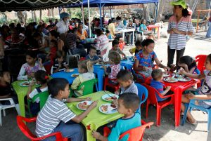 Children from Venezuela eat a meal at a dining facility organised by Caritas and the Catholic church, in Cucuta, Colombia February 21, 2018. REUTERS/Carlos Eduardo Ramirez