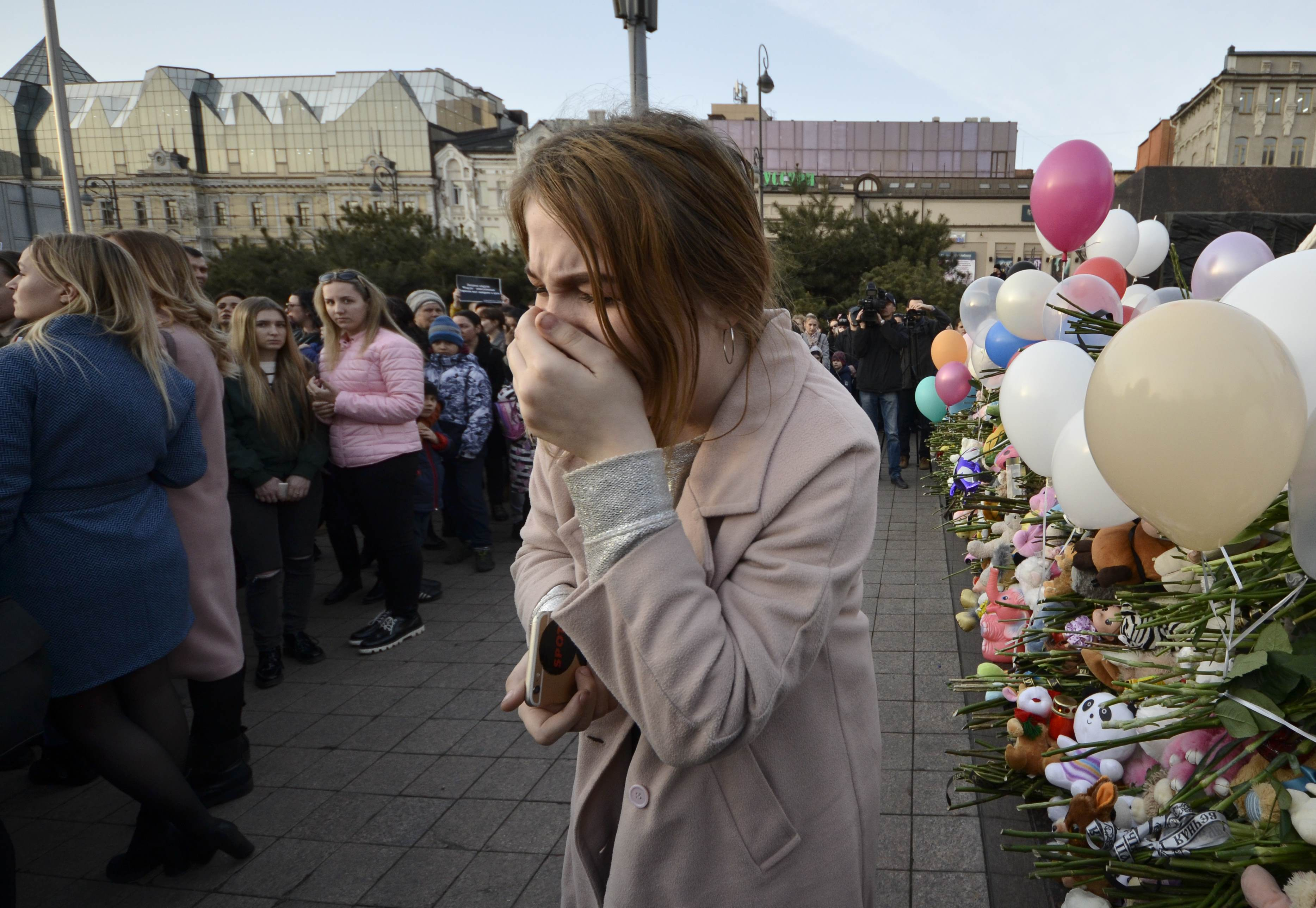 A woman reacts during a gathering to commemorate the victims of a shopping mall fire in Kemerovo on the day of national mourning in the far eastern city of Vladivostok, Russia March 28, 2018. REUTERS/Yuri Maltsev
